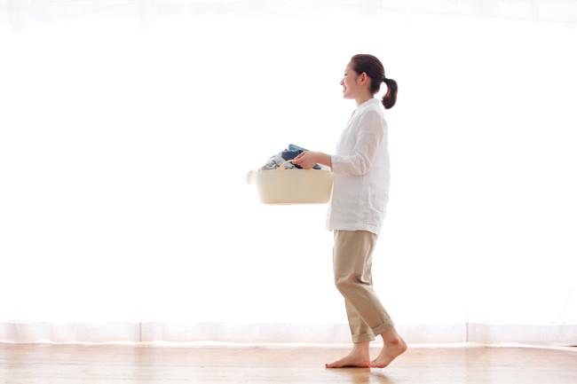 洗濯物を運ぶ女性