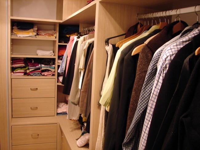 たくさん衣類が入っているクローゼット