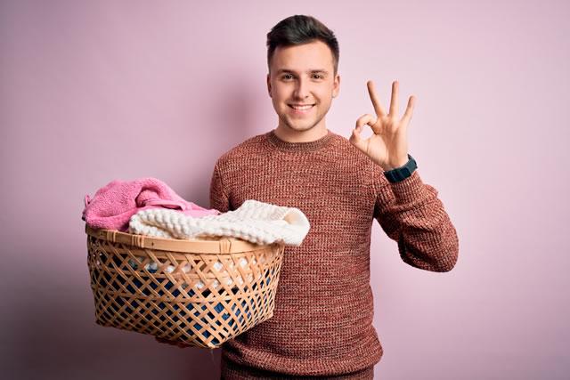 洗濯物とカゴを持つ男性