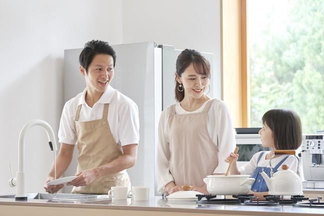 家族で料理をする様子