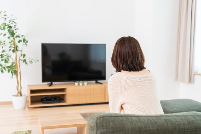 テレビを消した女性