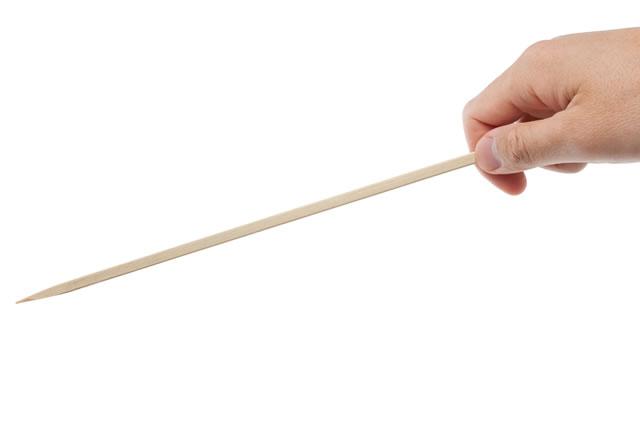 竹串を刺す手