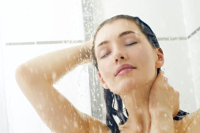 シャワーを浴びる女性