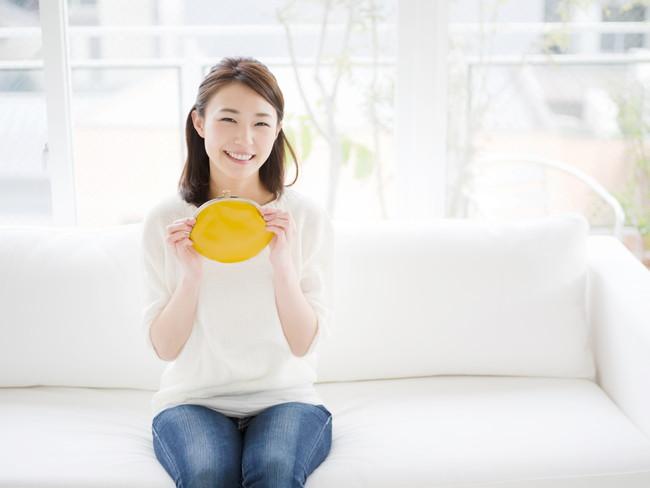黄色い財布を持つ女性