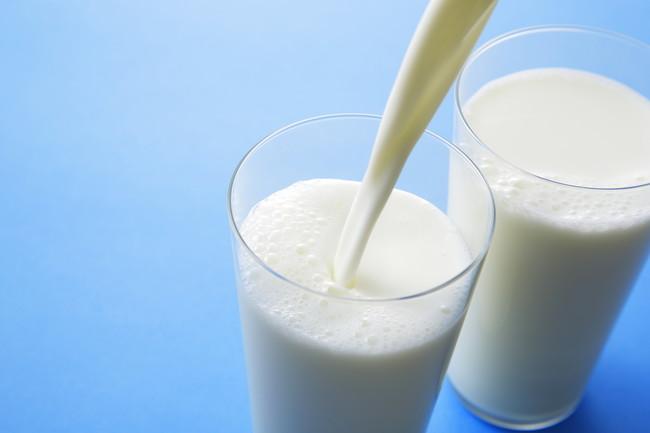 コップに注がれた牛乳