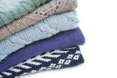 畳んで重ねられたセーター