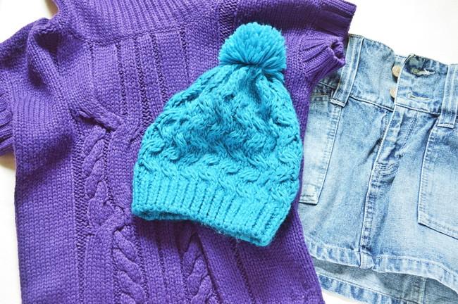 ニットセーターとニット帽とデニム