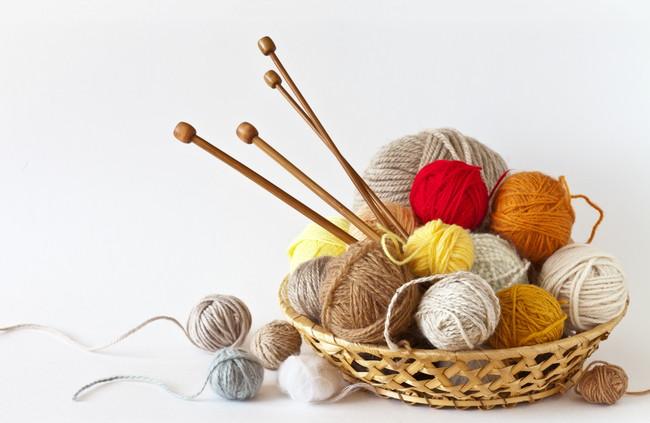 カラフルな毛糸と編み棒