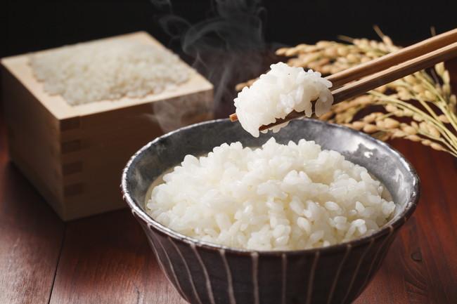 お茶碗のご飯と箸