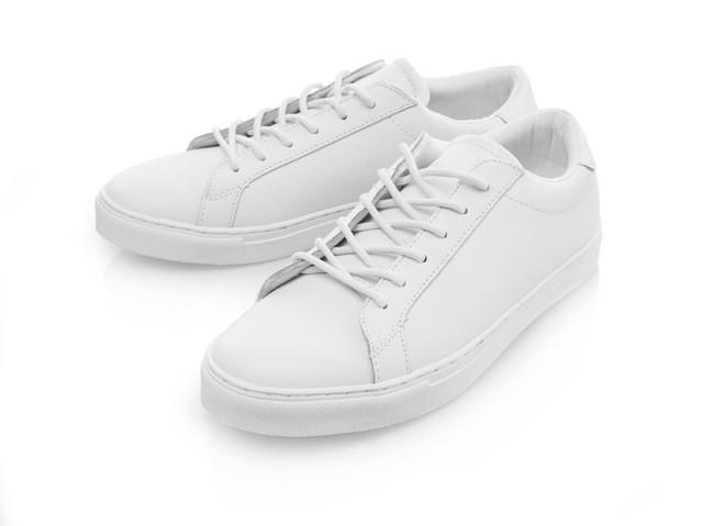 新品の真っ白のスニーカー