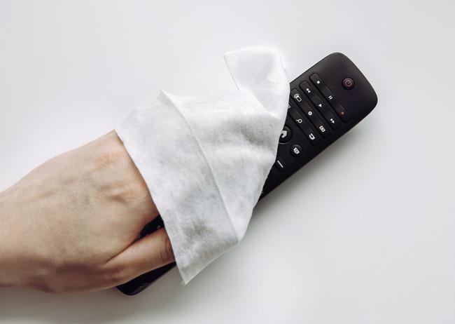 テレビのリモコン拭いているところ