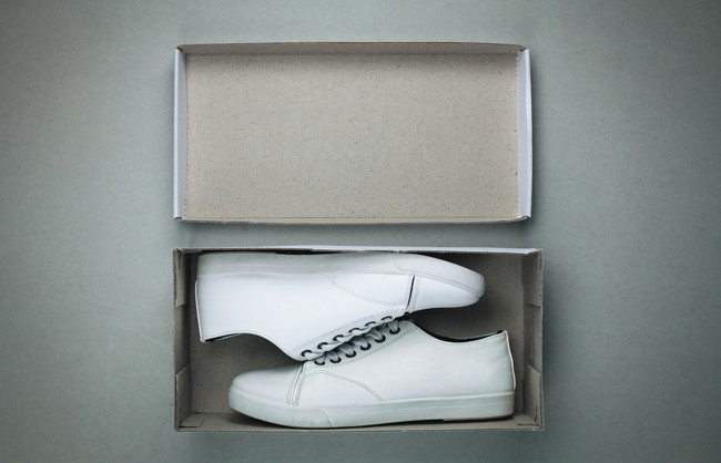 箱に入った白スニーカー