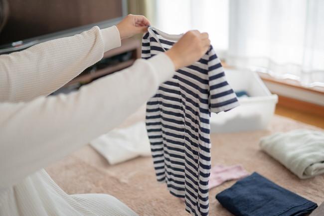 洗濯物を畳む人