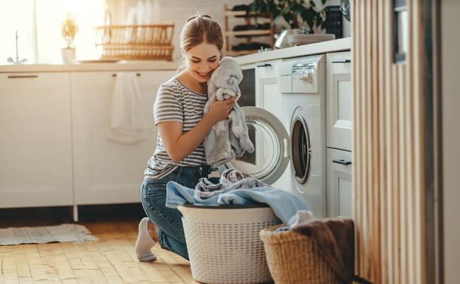 洗濯したタオルと女性