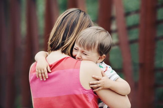 母親に抱っこされた子ども
