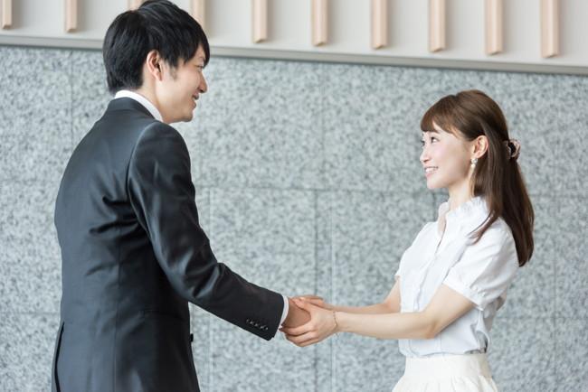 握手をする男女