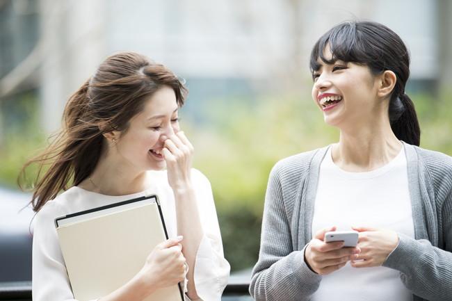 楽し気に会話する女性たち