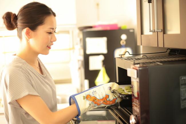電子レンジでお菓子作りをする女性