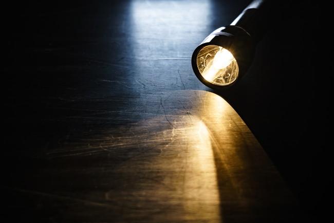 暗い部屋を照らす懐中電灯