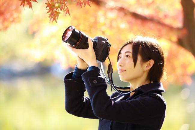 カメラを使う女性