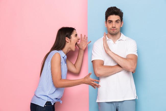 女性の意見をシャットアウトする男性