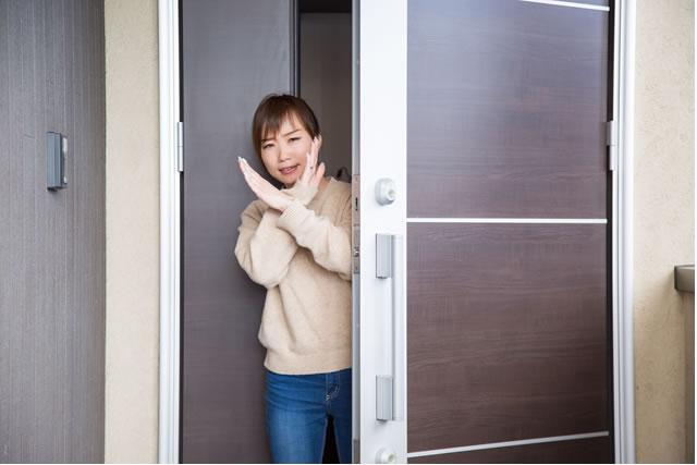ドアで断る女性