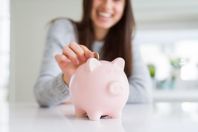 節約する女性