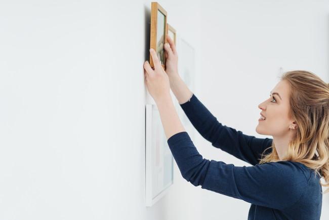 絵画を飾る女性