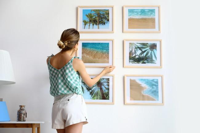 海の絵画を飾る女性