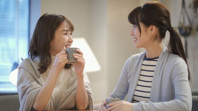 友達と話す女性