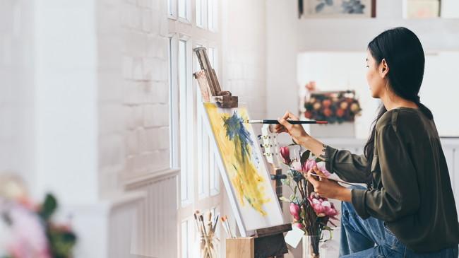 絵画をする女性
