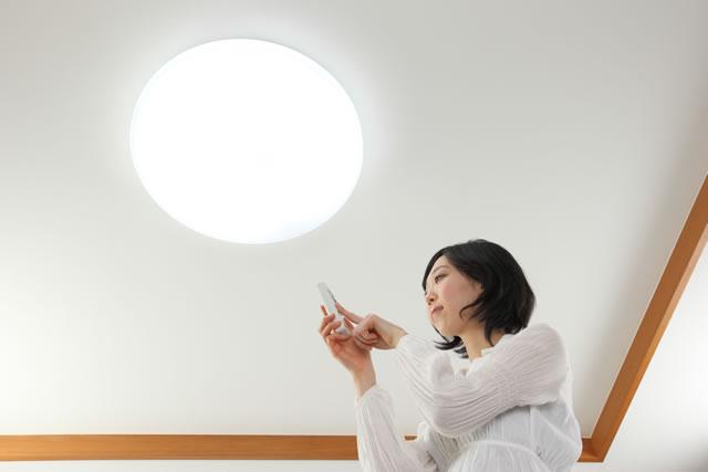 蛍光灯を消す女性