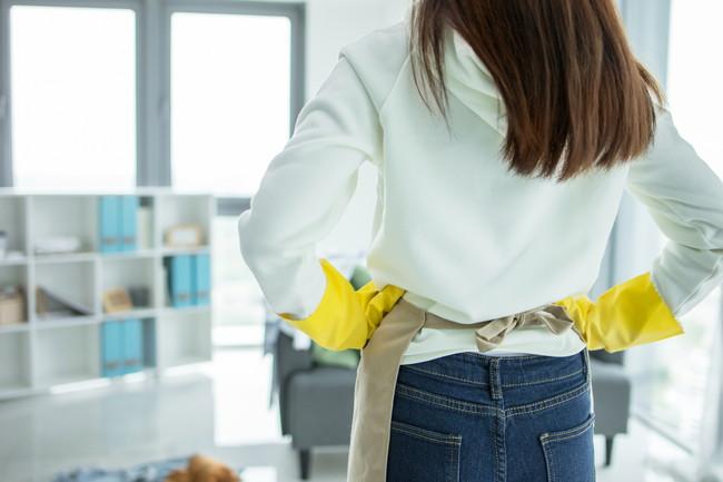 掃除を始めようとする女性