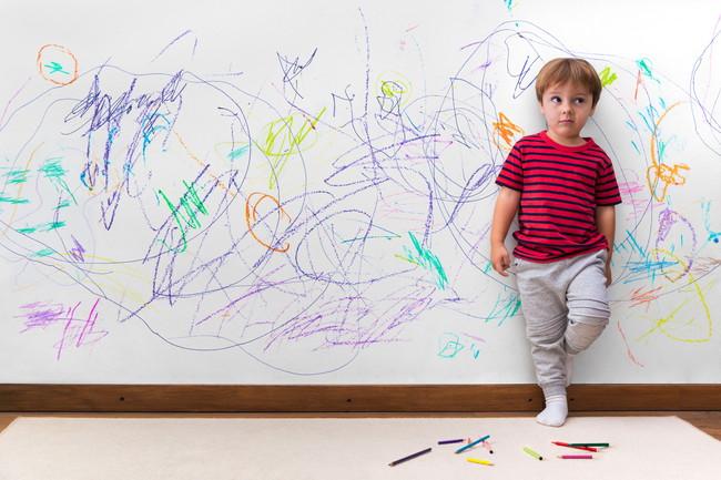 家の壁に落書きした子供