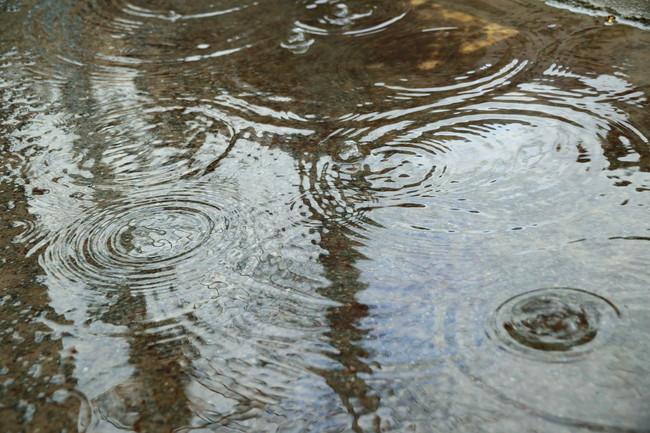 地面に落ちる雨