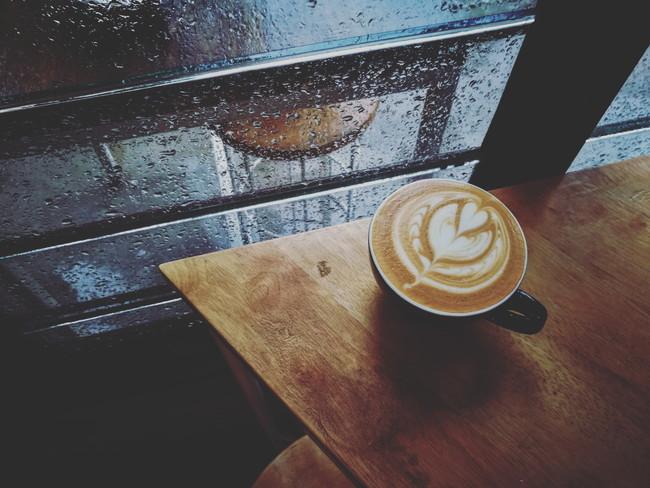 雨の日のカフェ
