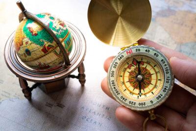 地球儀と方位磁石