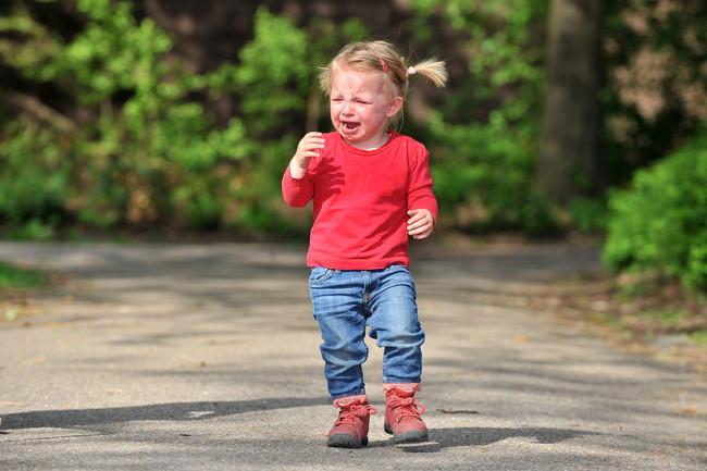 泣きながら歩く女の子