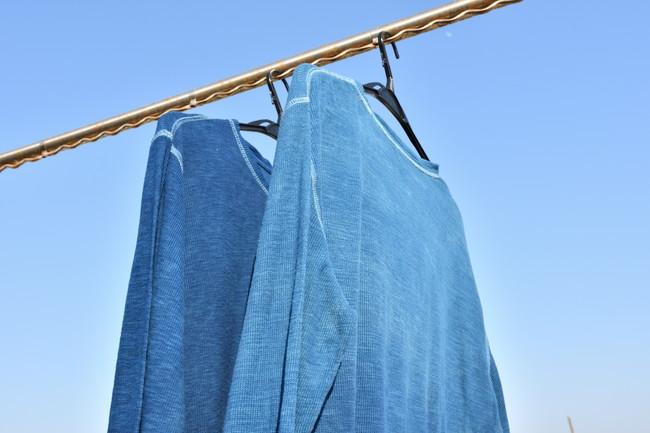 ハンガーで干しているシャツ