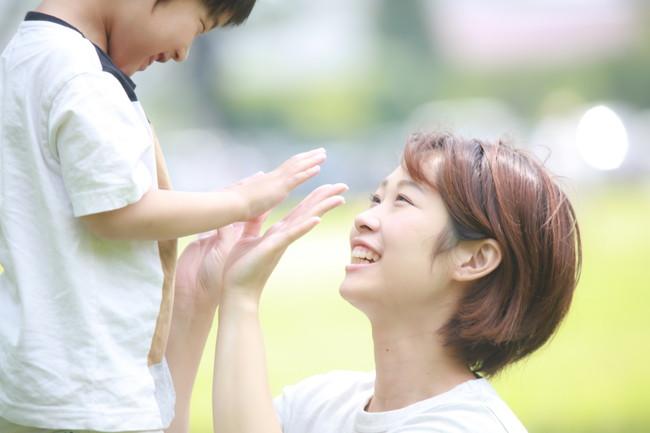 母親とタッチする男の子