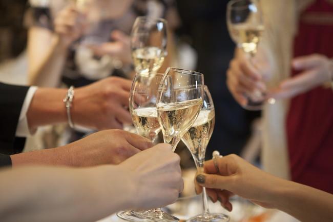 結婚式で乾杯する様子