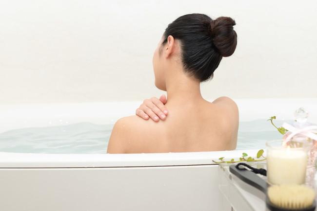 お風呂で寛ぐ女性