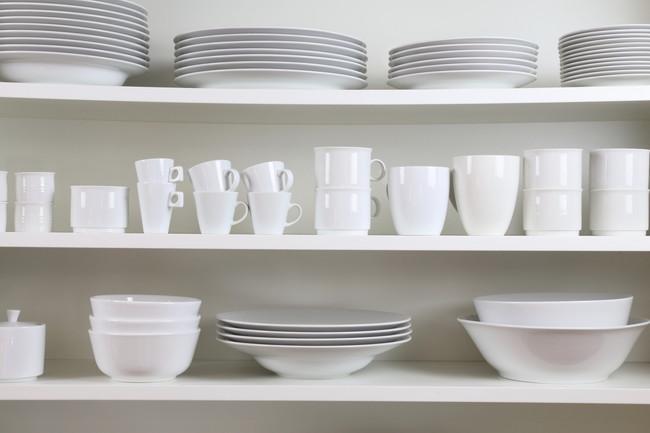 食器棚と白い食器