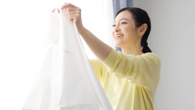 洗濯物を乾かす女性