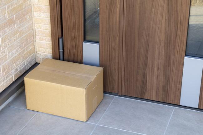 宅配便の荷物を無人の玄関に置いておくイメージ