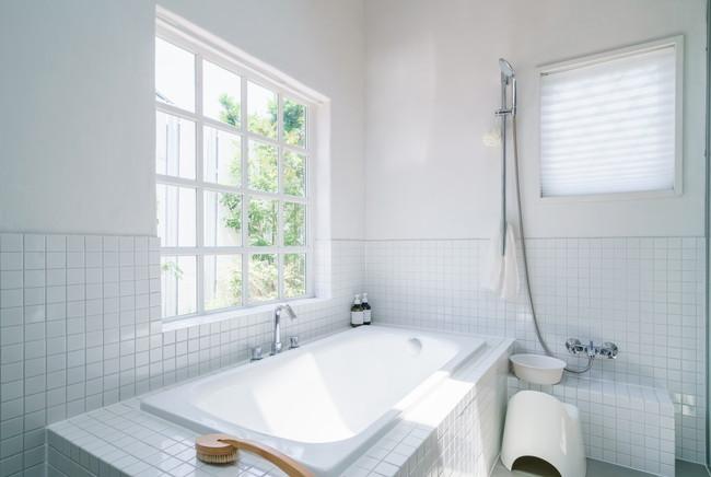 白い清潔感のあるバスルーム