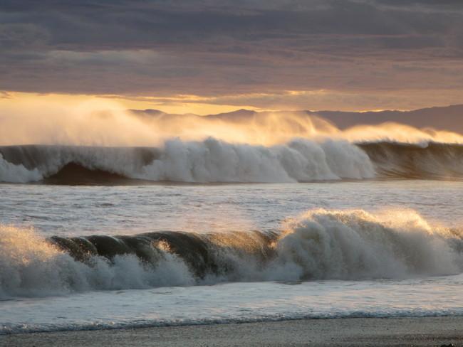 夕焼けと荒れた海
