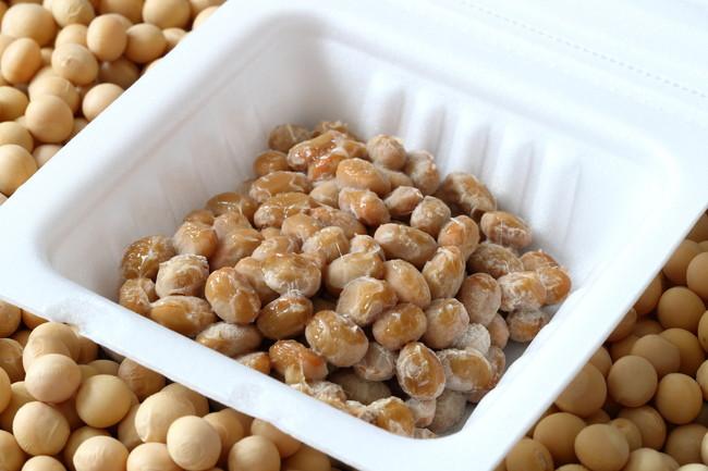 パックに入った納豆と大豆