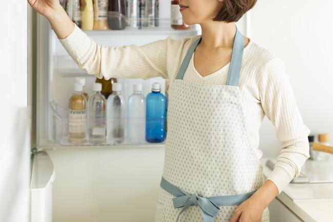 冷蔵庫を開けている主婦