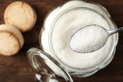 容器に入った砂糖とスプーン